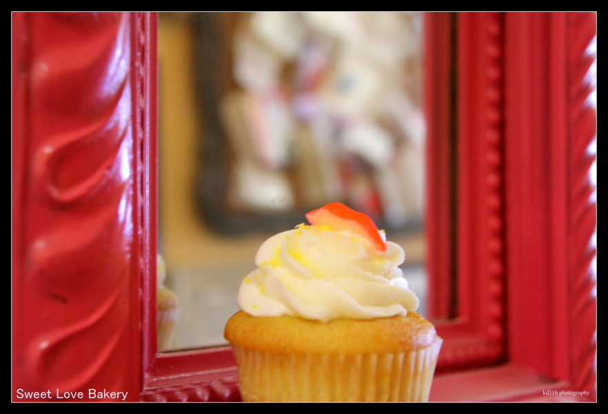 pucker up frame cupcake